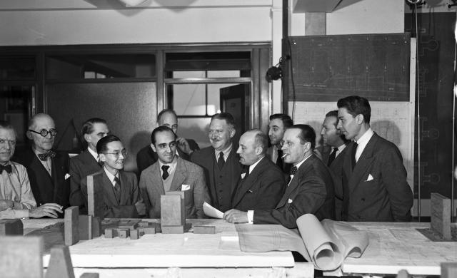 Oscar Niemeyer et le Board of Design examinent une maquette du site de l'ONU à New York